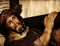 Jesucristo que lleva la cruz santa Fotografía de archivo