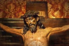 Jesus auf dem Kreuz, geschnitzt im vielfarbigen Holz Stockfoto