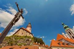 Jesus auf dem Kreuz, Schlossturm, CESKY KRUMLOV, BÖHMEN, TSCHECHISCHES REPUBLIK stockfotos