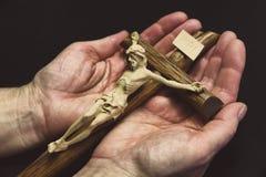 Jesus auf Kreuz in den Händen lizenzfreie stockfotografie