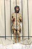 Jesus bak stänger i fängelse. Trädiagram av Jesus i churcen Royaltyfri Foto