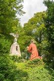 Jesus ber till ängeln och guden, staty på Kalvarienberg, Calvaryberget, dåliga Tolz, Bayern, Tyskland royaltyfria foton