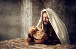 Jesus bryter brödet Arkivfoto