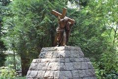 Jesus Carrying het Kruis bij het Nationale Heiligdom van onze Treurige Moeder de Grot in Portland, Oregon stock afbeeldingen