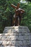 Jesus Carrying het Kruis bij het Nationale Heiligdom van onze Treurige Moeder de Grot in Portland, Oregon royalty-vrije stock foto's