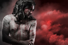 Jesus Christ över röd cloudscape, calvarybegrepp arkivbild