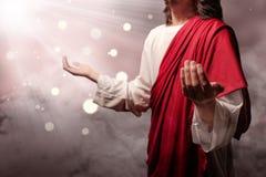 Jesus christ aumentou as mãos e rezar para o deus com raio imagem de stock royalty free