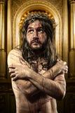 Jesus Christ avec un halo de lumière d'or dans une chapelle images stock