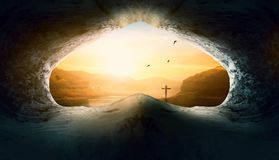 Jesus Christ Birth Death Resurrection begrepp: Gravvalv som är tom med korsfästelse på soluppgång fotografering för bildbyråer