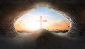 Jesus Christ Birth Death Resurrection Conceptï ¼ šTomb Leeg met Kruisiging bij Zonsopgang royalty-vrije stock afbeeldingen