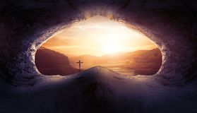 Jesus Christ Birth Death Resurrection-Concept: Graf Leeg met Kruisiging bij Zonsopgang royalty-vrije stock afbeelding