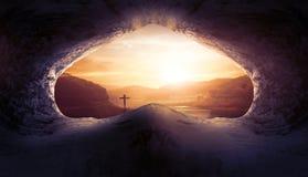 Jesus Christ Birth Death Resurrections-Konzept: Grab leer mit Kreuzigung bei Sonnenaufgang lizenzfreies stockbild