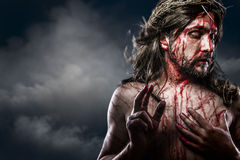 Jesus Christ com a coroa de espinhos brancos na cruz, Páscoa dentro fotografia de stock