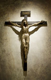 Jesus Christ crucifié avec une croix gothique de couronne Image libre de droits