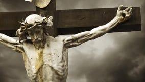 Jesus Christ crucificó. La crucifixión. Cruz cristiana con la estatua de Jesus Christ sobre lapso de tiempo tempestuoso de las nub almacen de video