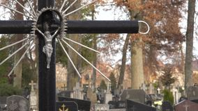 Jesus christ crucificado na cruz do cemitério Sepulturas e árvores no cemitério 4K video estoque