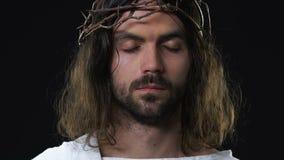 Jesus Christ de grito com amargura de sentimento fechada olhos para pecados dos povos, escuridão filme