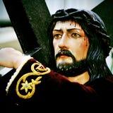 Jesus Christ, der das heilige Kreuz trägt stockfotografie