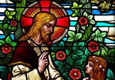 Jesus Christ, der mit einem Mädchen, im Buntglas spricht Lizenzfreie Stockfotografie
