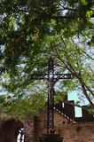 Jesus Christ na cruz dentro da cidade medieval de Carcassonne imagem de stock royalty free