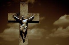 Jesus Christ na cruz em um fundo escuro fotos de stock royalty free