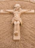 Jesus Christ na escultura transversal da areia. imagem de stock