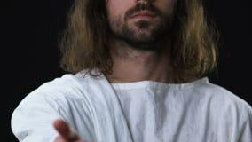Jesus Christ na veste que alcança para fora sua mão à câmera, almas de salvamento do pecador vídeos de arquivo