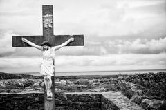 Jesus Christ no crucifixo, preto e branco imagem de stock royalty free