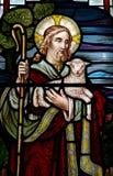 Jesus Christ: O bom pastor no vitral imagem de stock royalty free