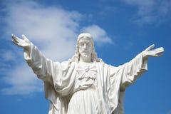 Jesus Christ omfamnar världen Skulpturen på domkyrkan av Nha Trang vietnam Arkivbilder
