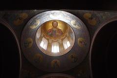 Jesus Christ omgavs av 12 apostlar på kupolen av templet Royaltyfri Bild