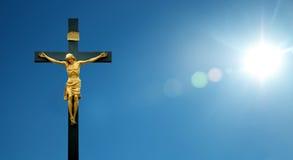 Jesus Christ på korset över bakgrund för blå himmel Arkivbild