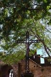 Jesus Christ på korset inom den medeltida staden av Carcassonne royaltyfri bild