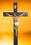 Jesus Christ på solnedgånghimmel Arkivbild