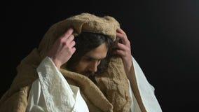Jesus Christ que mira en el cielo, pidiendo a padre ayuda y misericordia, bendiciendo a dios almacen de metraje de vídeo
