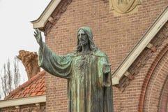 Jesus Christ Statue In Front de uma igreja em Diemen os Países Baixos imagem de stock royalty free