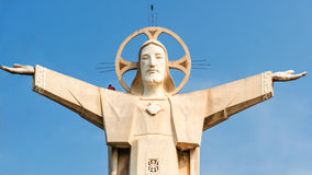 Jesus Christ-Statuen mit entlang Mann Stockfotografie