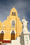 Jesus christ staty framme av kyrkan Arkivfoton