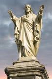 Jesus Christ staty med molnig himmel och soluppgång i bakgrund Royaltyfria Foton
