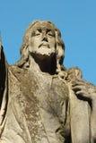 Jesus Christ staty mot en bakgrund av blå himmel Arkivfoto