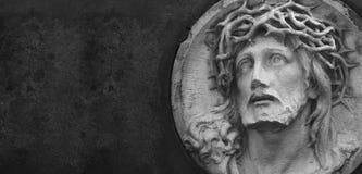 Jesus Christ staty mot en bakgrund av grå färgstenen Royaltyfri Bild