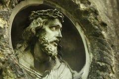 Jesus Christ staty mot en bakgrund av stenen Arkivfoton