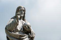 Jesus Christ staty på blått Arkivfoto