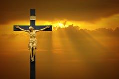 Jesus Christ sur la croix au-dessus du fond de lever de soleil Images libres de droits