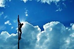 Jesus Christ sur la croix au-dessus du fond dramatique bleu de ciel Images libres de droits