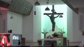 Jesus Christ sur la croix dans l'église banque de vidéos