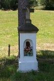 Jesus Christ sur la croix orthodoxe de vieux bord de la route dans le pré Photos libres de droits