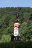 Jesus Christ sur la croix orthodoxe de vieux bord de la route dans le pré Photo libre de droits