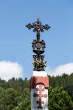 Jesus Christ sur la croix orthodoxe de vieux bord de la route dans le pré Images libres de droits