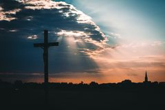 Jesus Christ sur le coucher du soleil croisé photographie stock libre de droits